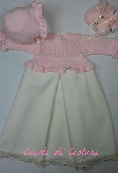 Patrón para conjunto de 3 piezas (jersey, gorro y botitas) con canesu elastico y volante de punto musgo