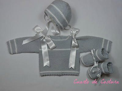 """Patrón para conjunto de tres piezas (jersey, gorro y botitas) con punto """"granitos"""" en mangas y pechera"""