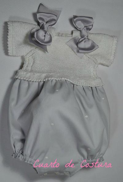 Patrón para jersey con trenzas en los costados para bebé de un mes