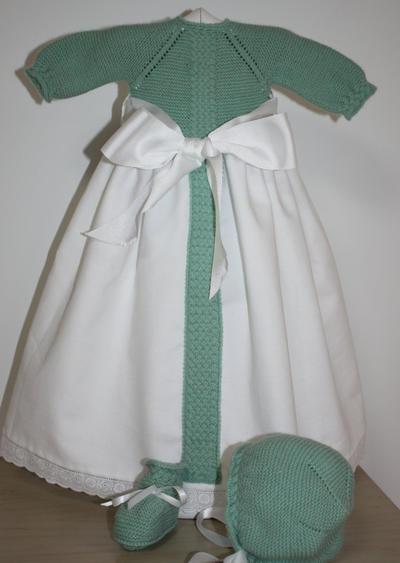 Precioso faldón para recién nacido. Consta de 3 piezas, el jersey unido a faldón, la capota y los patucos.