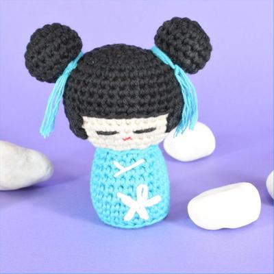 Muñeca kokeshi, patrón amigurumi.