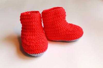 Botitas de crochet rojas y grises para bebé. Tallas: 0-3, 3-6, 6-9 meses