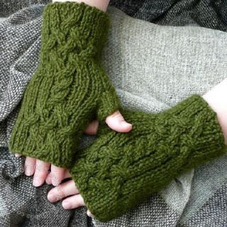Trenza Mitts by Susanna IC