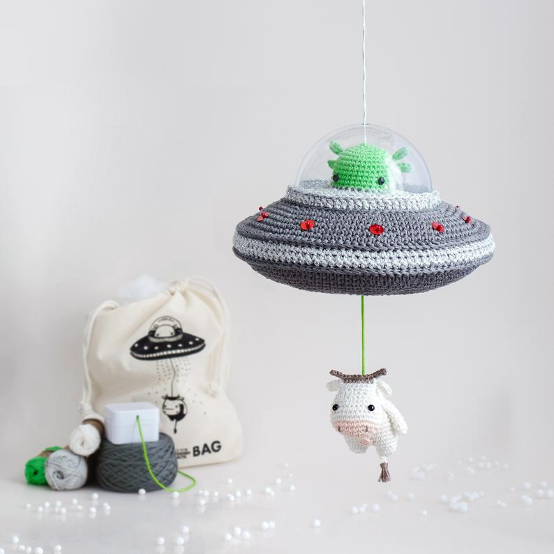 lalylala Crochet Kit Flying Saucer, sintonía: The X-Files Theme - Musical Pull Toy Alien & Cow