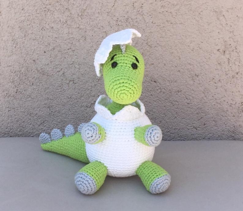 Patrón amigurumi bebé dinosaurio en huevo